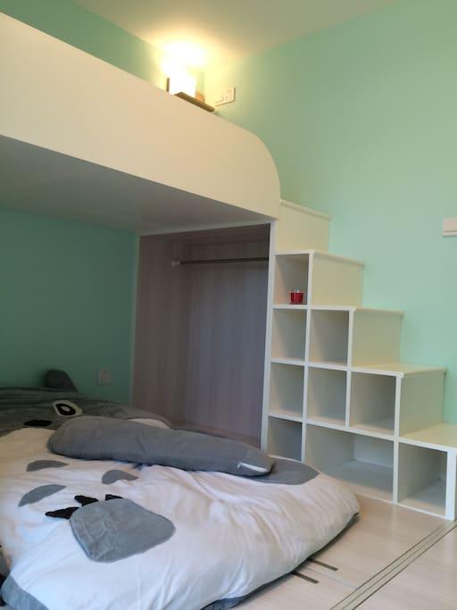 几步小楼梯上去,又是一张1.5X2M的床铺,可以和朋友一起分享温馨小屋哦~!