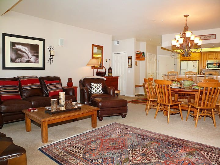 Lovable condo w/ winter shuttle & shared hot tub, pool, fitness & ski lockers!
