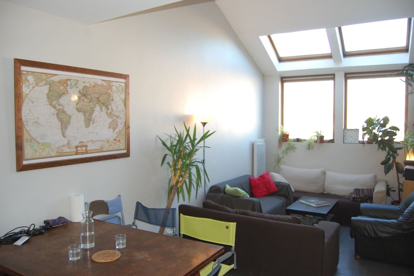 Very bright and comfortable living room. Large table for many persons.