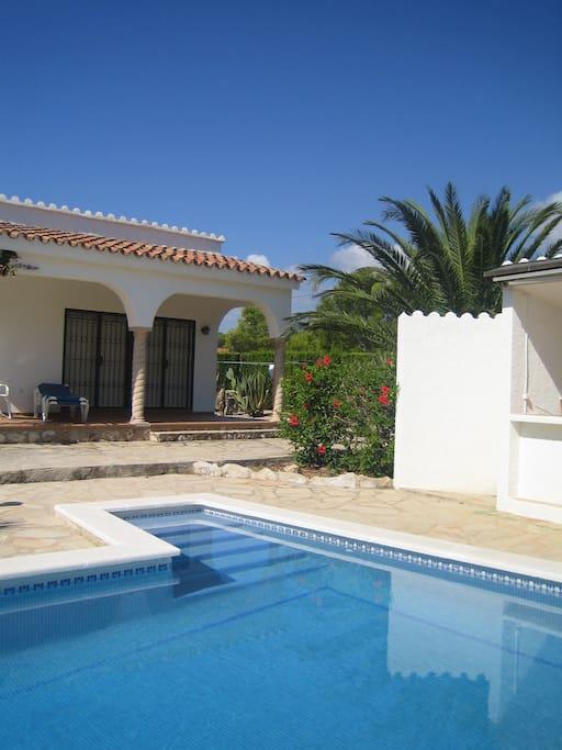 Pool mit Aussendusche und Barbereich, Steinterasse mit 6 Liegestühlen und Sonnenschirme