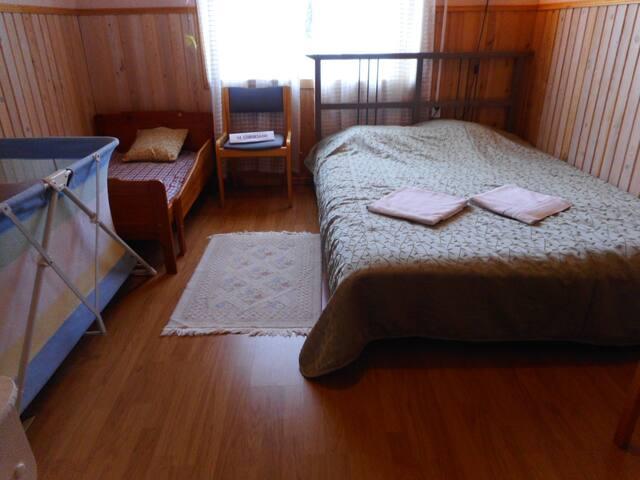 Три детские кроватки для разного возраста,есть детский стул для кормления,детская ванна,горшок. двухспальная кровать.