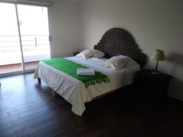 Habitación  con cama King size, colchón nuevo. Blancos 100% algodón.