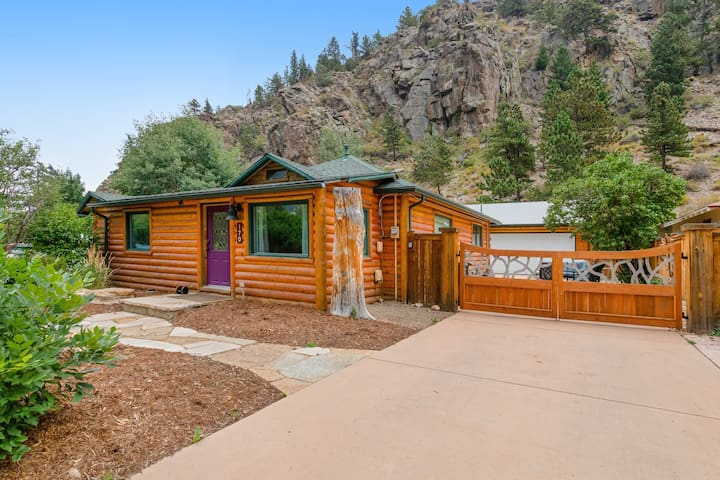 Remodeled cabin in the heart of downtown w/ patio - walk everywhere, dogs OK!
