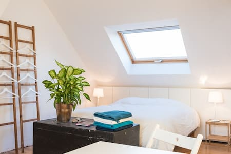 Attic room near public transport and city center. - Gent