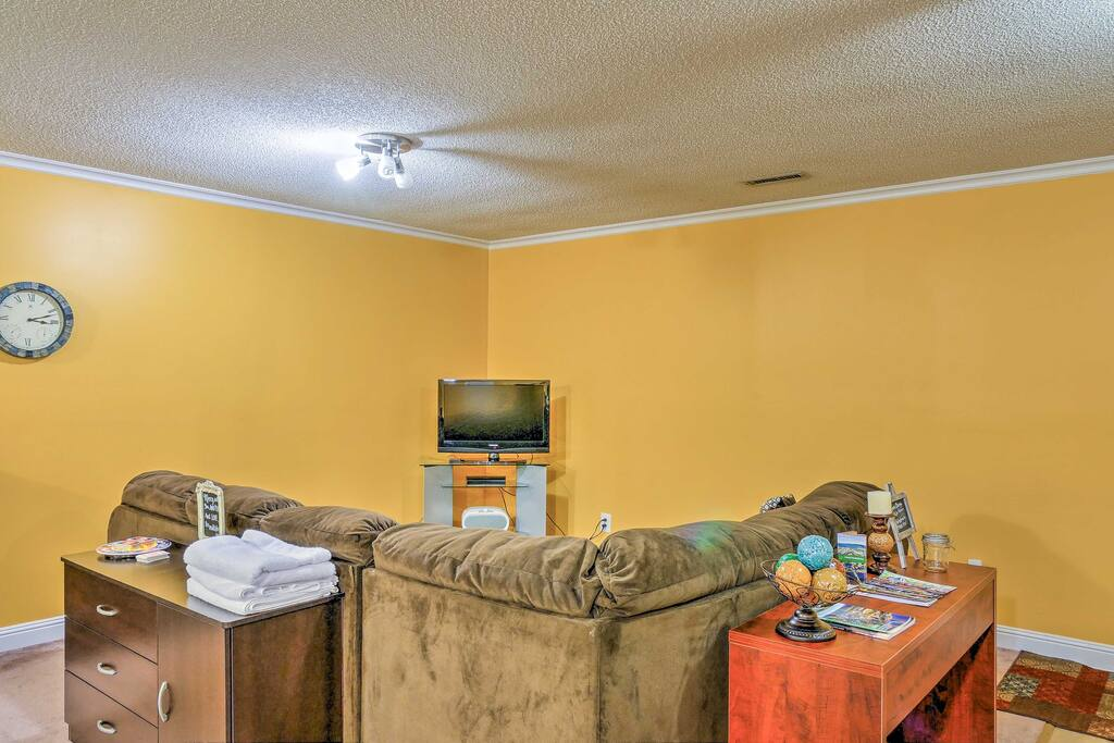 Boasting a flat-screen Sling TV with Roku and your own private entrance, you're sure to feel right at home in this quaint apartment.