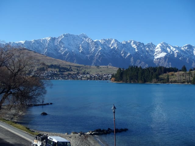 Lake front single room with a comfortab double bed - Queenstown