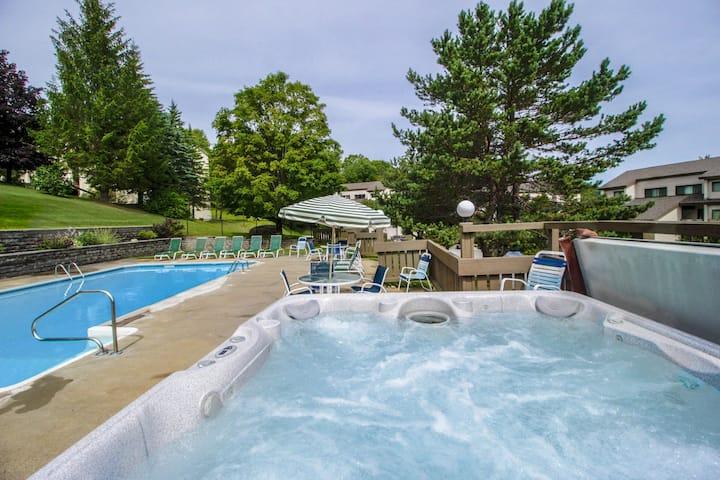 Cozy mountain condo w/ a shared hot tub & sauna - close to the slopes & golf!