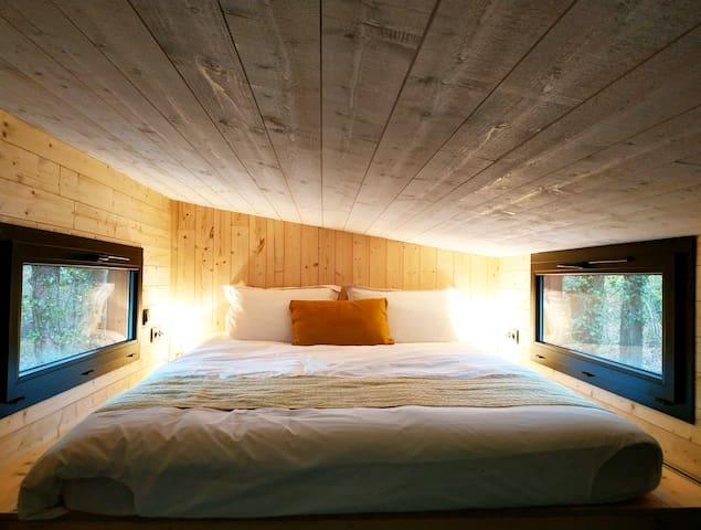Lit queen size 160x200 Des rideaux occultants ont été installés sur les fenêtres de la chambre et sur la porte d'entrée