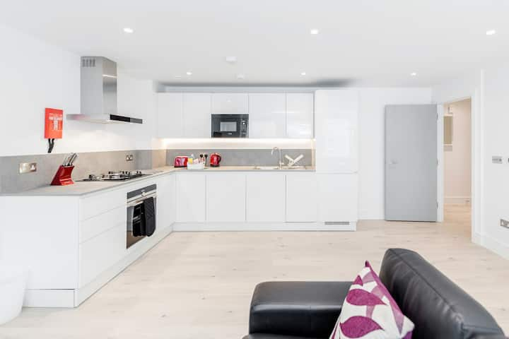 Two bedroom luxury apartment in central Ealing