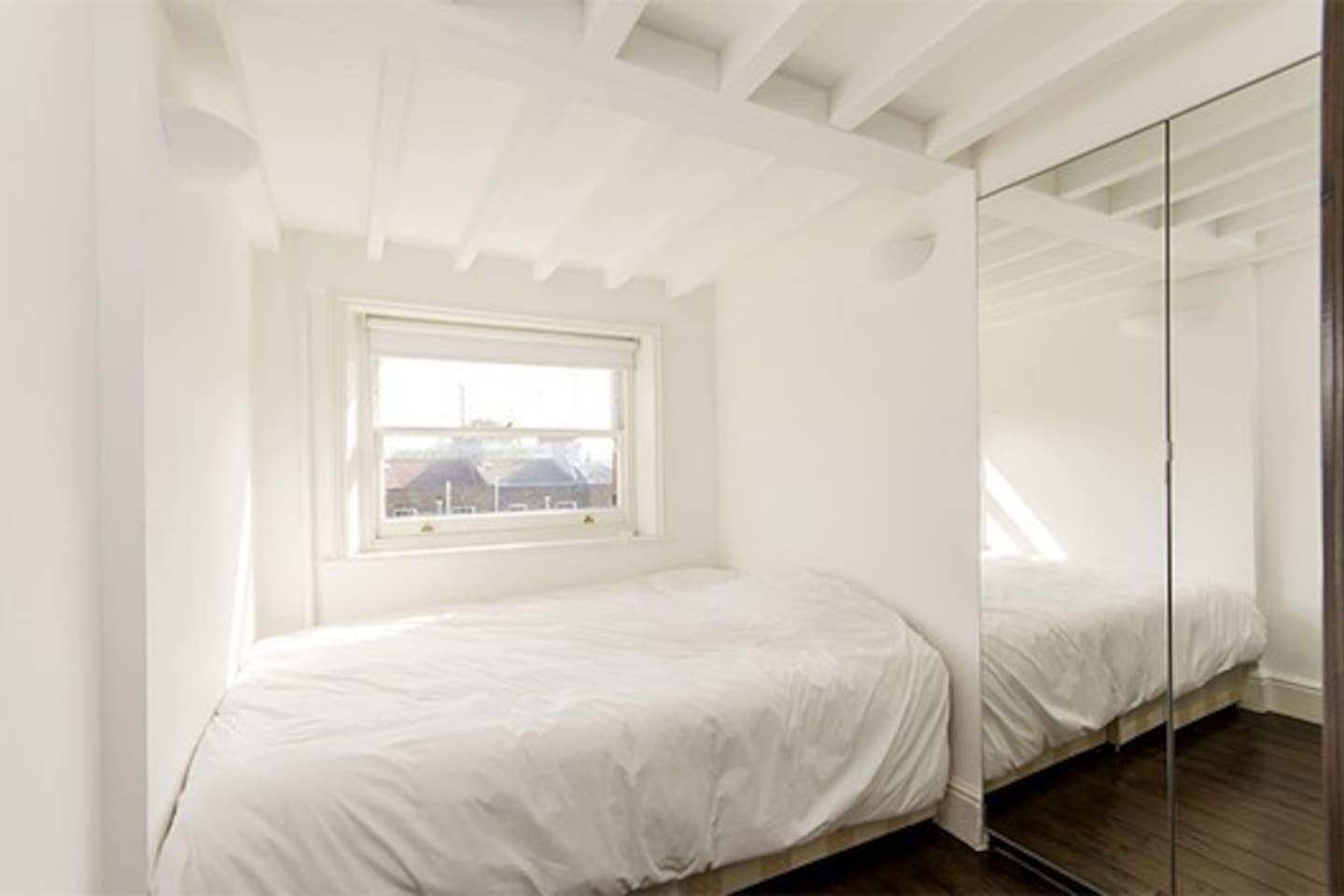 Stunning flat in the center of London, with a beautiful view on the roof of London. the room is really calm, and you will feel at home
