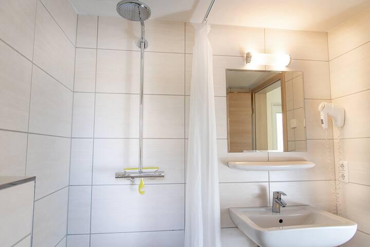 Bungis - Ferienhäuser am Grimnitzsee (Joachimstal), Haus 12 Karree 40 qm, Wohn-/Esszi. mit Pantryküche, 2 Schlafzi., DU/WC, Terrasse