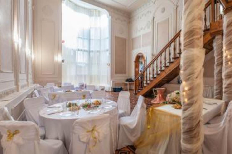Прекрасный коттедж ждёт своих гостей, сауна, кальянная-караоке и прекрасный зал для торжеств будут прекрасным дополнением к проживанию в комфортных спальных.