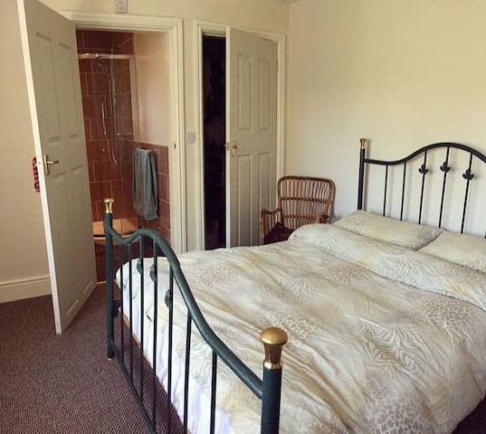 Double bedroom with en-suite in Harborne