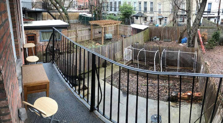 A gorgeous 1 bedroom apt with a HUGE backyard!
