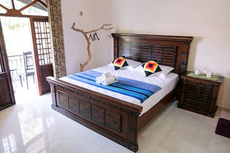 Queen Size Bed Room--Bathtub - Galle - Bed & Breakfast