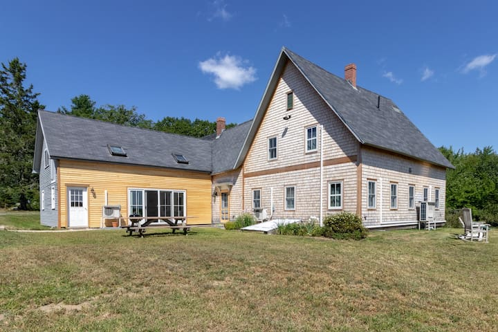 Remodeled farmhouse on 100 acres w/2 ponds - great spot to relax