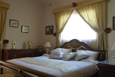 Luxurious room with a private ensuite bathroom. - Saint Julians