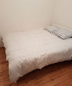 Nice room 3 minutes walk from Clemenceau metro st.