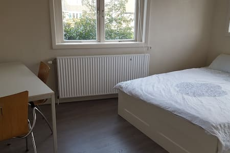 Big room with roofterrace 15 min from A'dam city! - Koog aan de Zaan