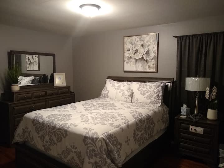 Holmes Haven - The Queen Sandra Bedroom