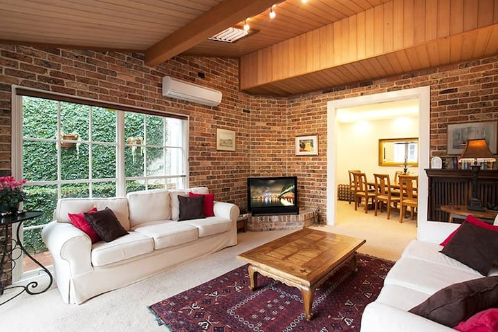 Stylish Two Floor & Courtyard Luxury Home CN099 - Crows Nest - Talo