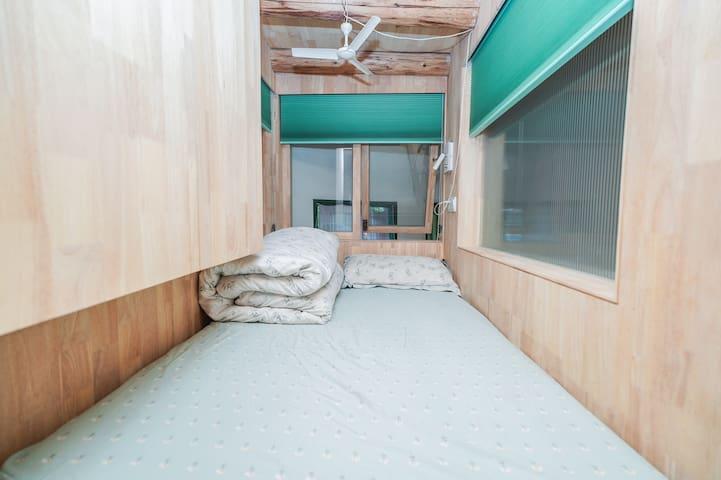 房子阁楼的一个1.2米的小床