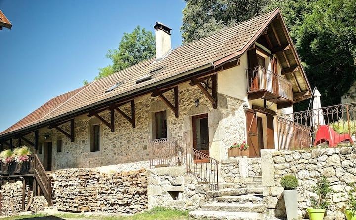 Yenne, Gîte les Lodges de la Cascade