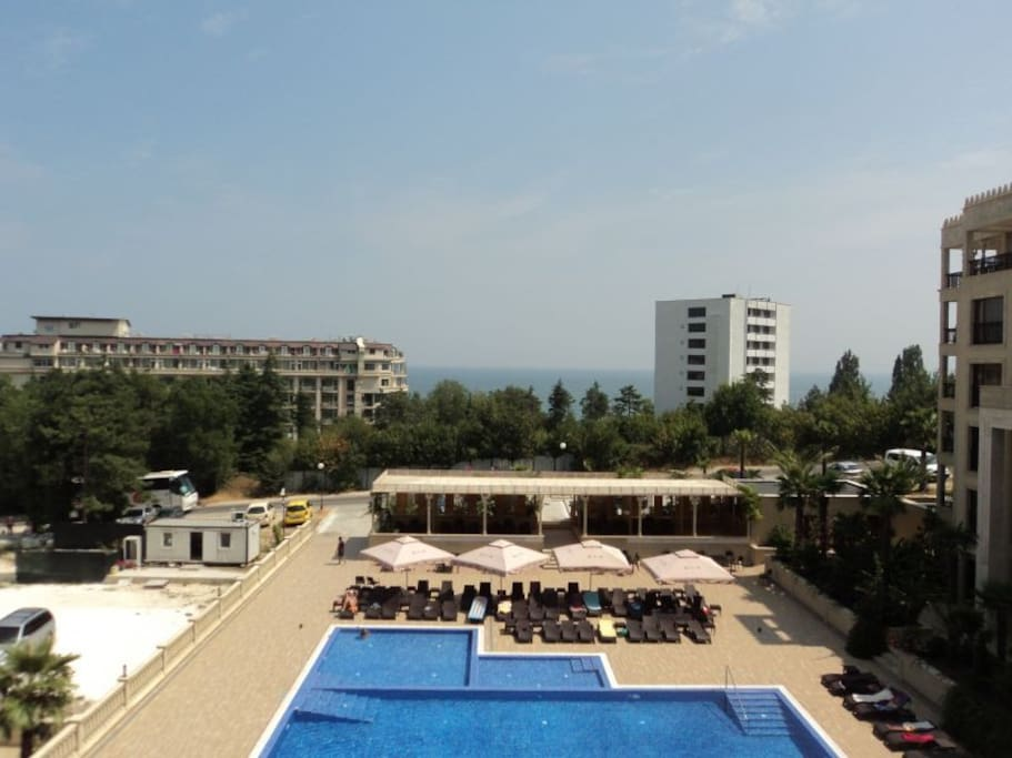 вид с балкона на бассейн из гостиной
