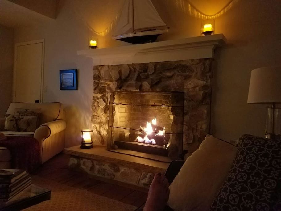 Cozy gas fireplace in livingroom.