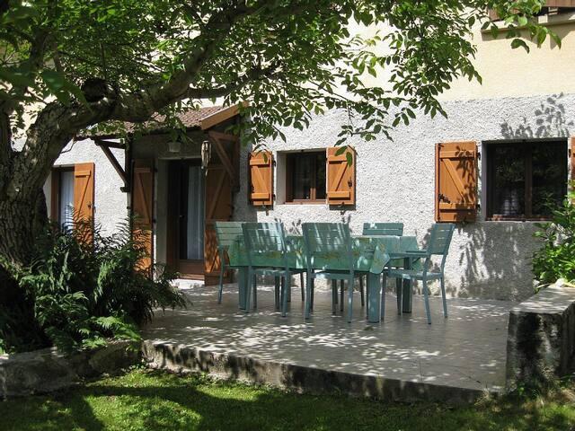 CADRE VERDOYANT: appartement privé dans villa Ax