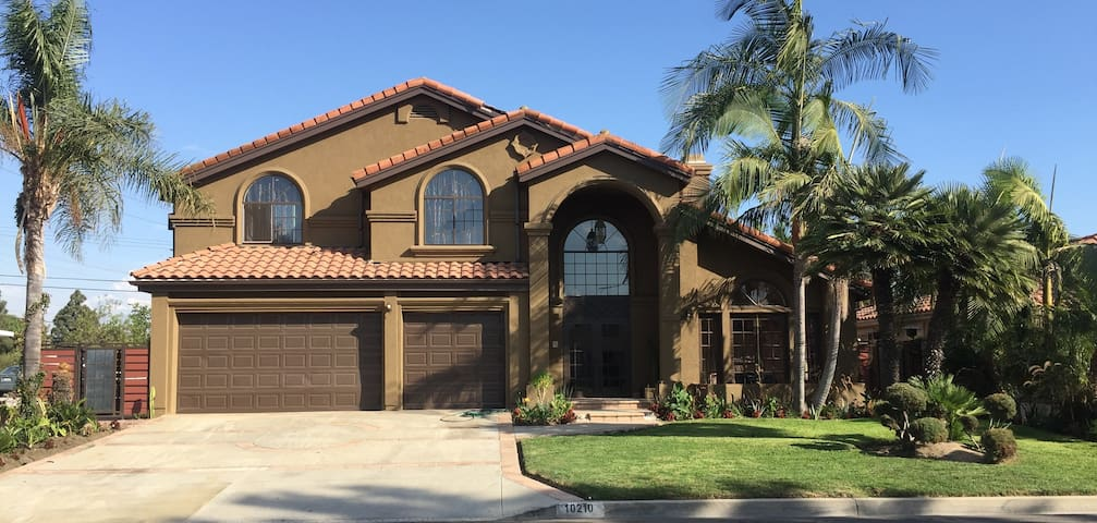 The Green Two Story Home in Downey - Downey - Talo