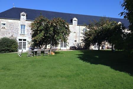Demeure du 17ème siècle : Gîte 160 m2,  la Grange - Fontaine-le-Pin