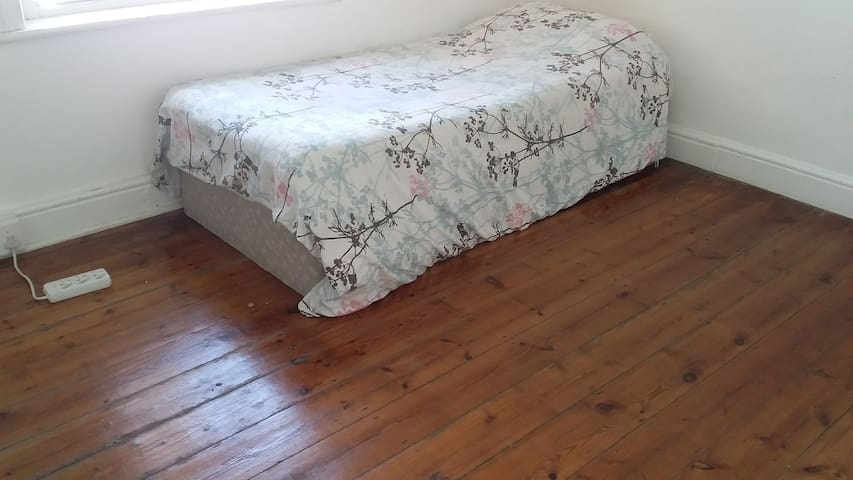 Comfortable and Spacious Room near UCT