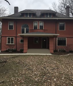 Gorgeous 4 BR historic home - Bloomington