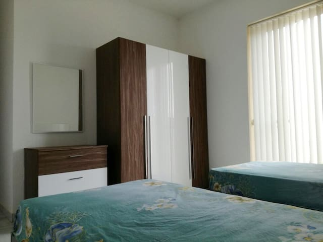 Double Bedroom with private bathroom and balcony - L-Iklin - Wohnung