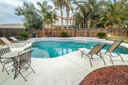 Resort Living at Your Fingertips - Hanford - Hus