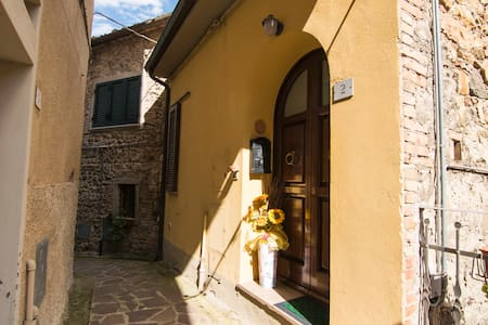 Peaceful retreat in medieval village of Orciatico - Apartment