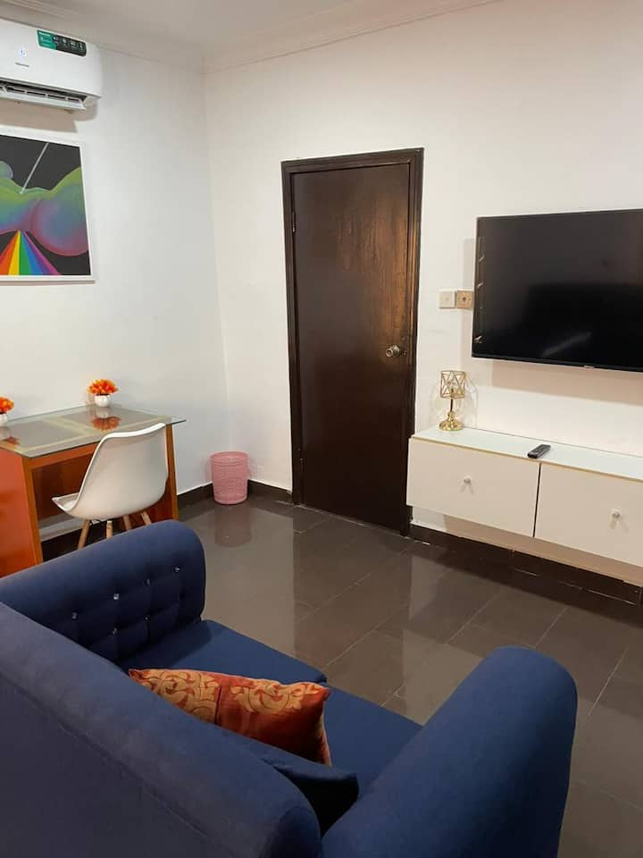Comfy Room with wifi, 24hr, free parking in Lekki