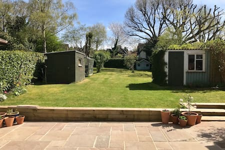 Gorgeous 3 bedroom family home - Garden space. - Headley Down - 獨棟