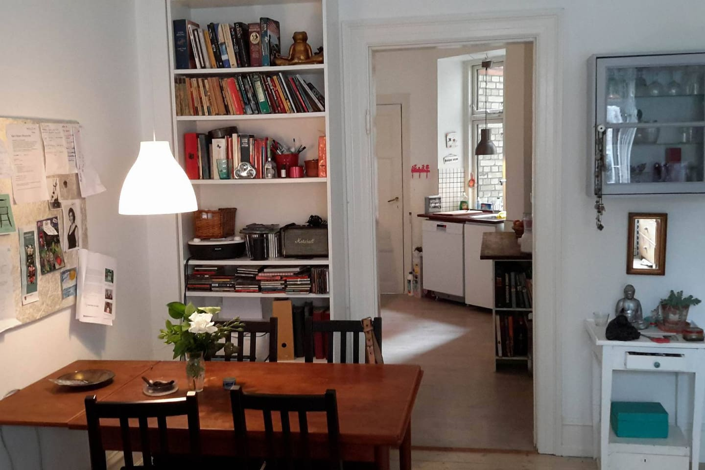 Open-plan livingroom with view of the kitchen