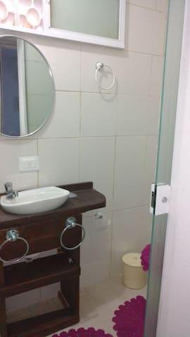 Banheiro aconchegante com box em blindex.