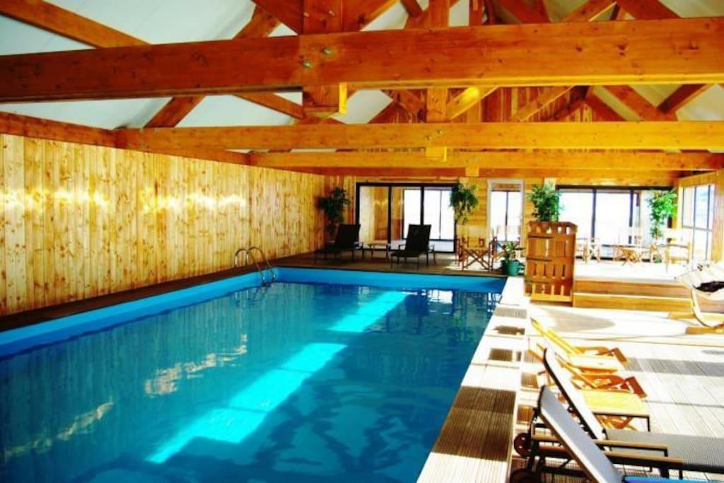 Piscine intérieure chauffée (27°C) (+sauna et salle de sport) avec magnifique vue sur la montagne !