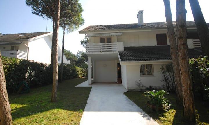 Villa Schubert E2-spacious house close to beach