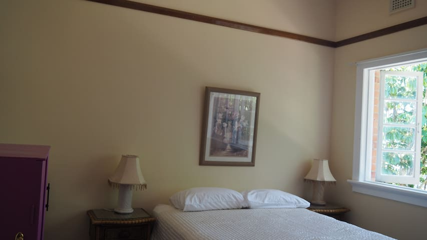 Quaint double room with ensuite in  Country Town. - Babinda - Guesthouse