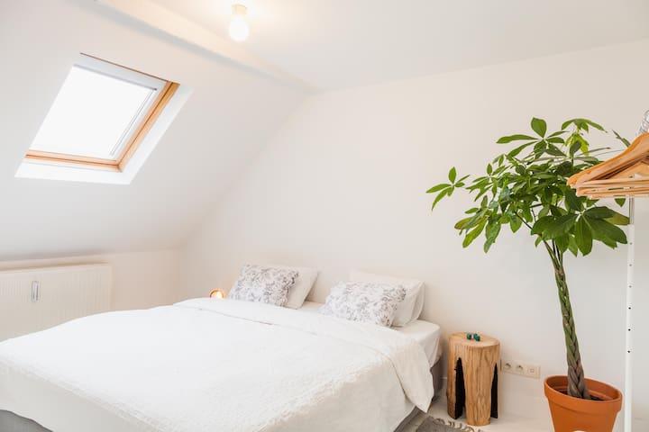 The Carpenter's Attic - sunlit room - Anvers - Maison