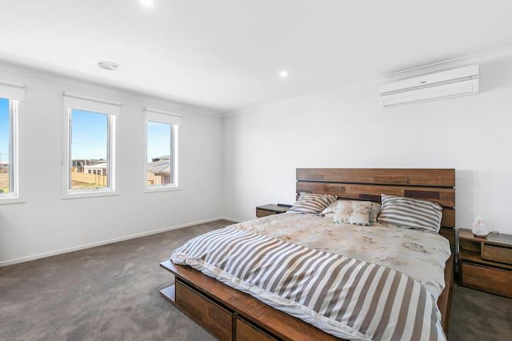5 Bedroom 5.5 Bathroom House in Torquay
