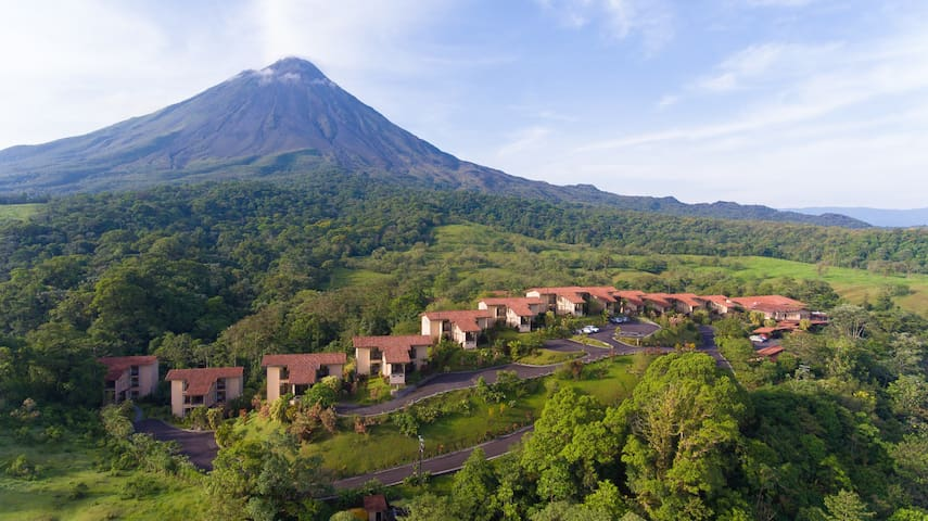Arenal Kioro offers a fabulous place with a natural viewpoint to the Arenal Volcano. Private Thermal water surround exuberant gardens for our guests´ pleasure.