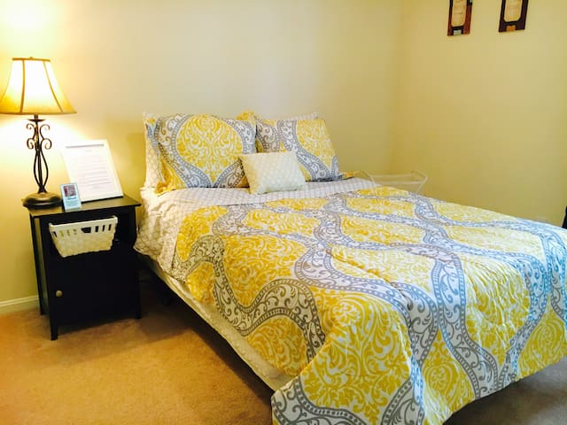 Cozy large bedroom with wifi - Germantown - Reihenhaus