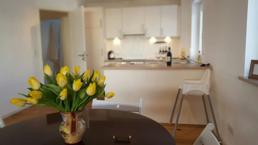 """Yellow tulips"" apartment with mountain view - Garmisch-Partenkirchen - Lejlighed"