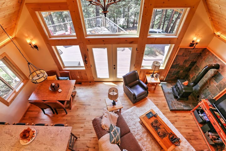 Cozy Lake Almanor Cabin w/Large Deck, Walk to Lake